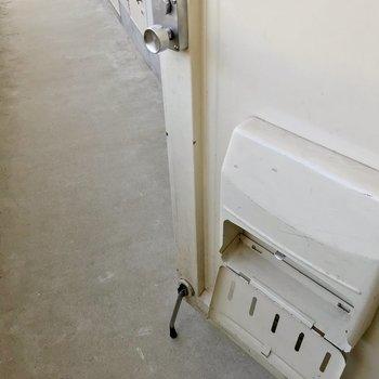 玄関ドアにはストッパーもついていますよ。
