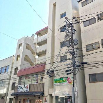 1階には海鮮料理、4階にはタイ古式マッサージのお店が入っています。