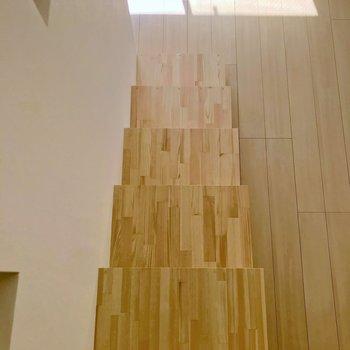 階段を上から見るとこんな感じ。ロフトの壁を手すりとして使えますよ。