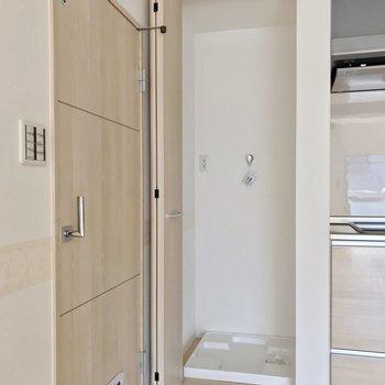 反対側には洗濯機置場。折戸つきで生活感をサッと隠せます。