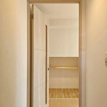 玄関開けて短い廊下を抜けてリビングへ。