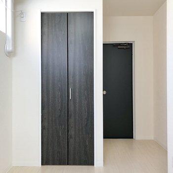 【洋室】右奥のドアは共用部へと繋がっていました。