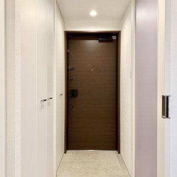 玄関はフラットで廊下と一続きです。