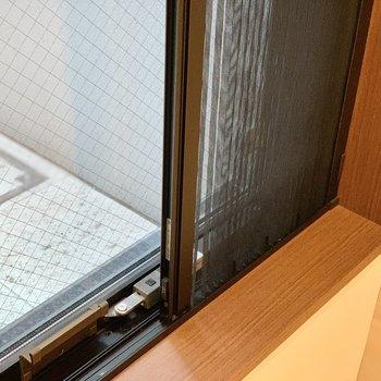 スライド式の網戸があるので、虫を気にせずいつも窓を開けておけます。