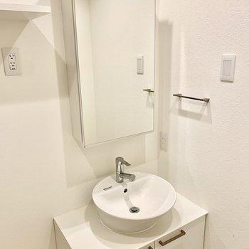 まるい洗面ボールがオシャレです。鏡裏は収納になっています。