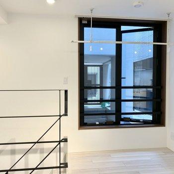 窓枠と階段手すりのブラックがかっこいいです。
