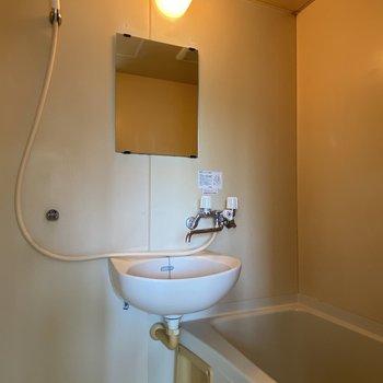 洗面台と浴槽がセットになった2点ユニットバスです。