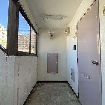 廊下部分も窓があり、開放的です。