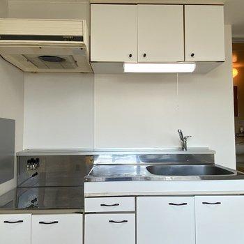 キッチンは、白基調のシンプルなタイプ。