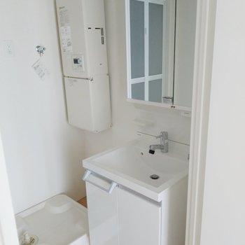 しっかりとした洗面台と洗濯機置き場。(※写真は4階の同間取り別部屋のものです)