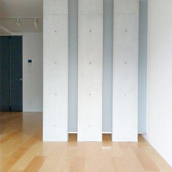 コンクリートの3本柱が空間を分けるスタイリッシュな空間。(※写真は4階の同間取り別部屋のものです)
