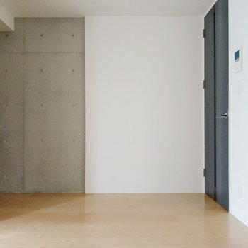 キッチン後ろの壁はコンクリート打ちっ放し。(※写真は4階の同間取り別部屋のものです)