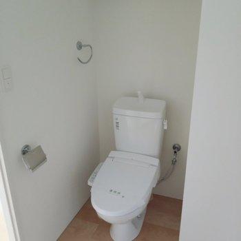 洗面台正面にトイレ。脱衣所にオープンです。(※写真は4階の同間取り別部屋のものです)
