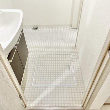 脱衣所はゆったりめ。手前から洗面台、洗濯機置場、浴室があります。