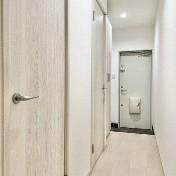 サニタリーは廊下側に。手前がトイレで奥が脱衣所です。
