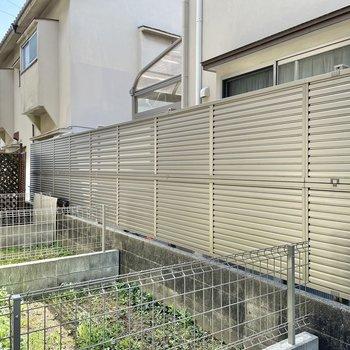 猫が塀を歩いていました(笑)隣はご近所さんなので気になる洗濯物は部屋干しがいいかな!