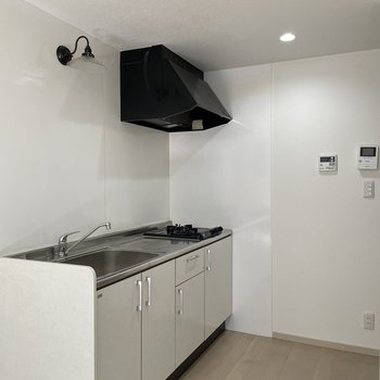 キッチンはスタイリッシュ!食器は収納にしまえるほどの数がいいな。