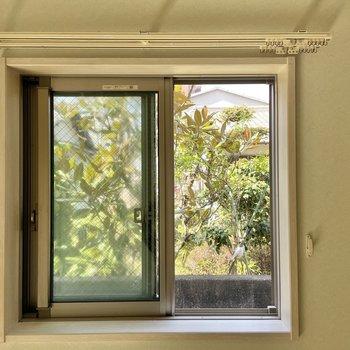 小窓の眺望はご近所のお庭。グリーンのお裾分けが嬉しいな。