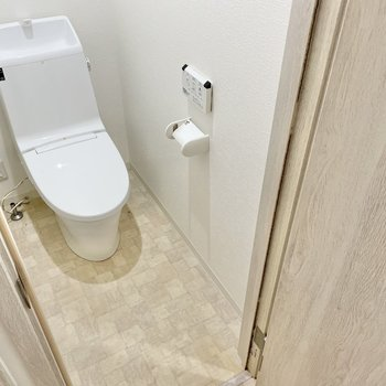 トイレは温水洗浄便座付きで快適!クロスも可愛いの◯