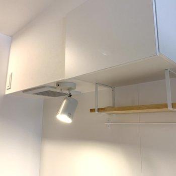 棚とその上も吊り戸棚になっています