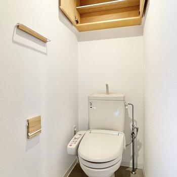 トイレの小物も木製で統一