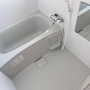 お風呂はシンプル。お気に入りのシャンプーラックを。