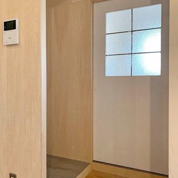 お次はサニタリー。左奥がトイレ、右の扉奥が脱衣所です。