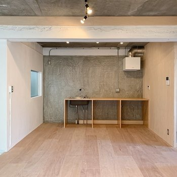 【リビング】くるっと反対側を向くと奥にキッチンがお目見え。