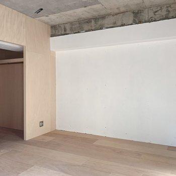 【洋室】左角にコンセントがあるので、サイドテーブルはそちらに。