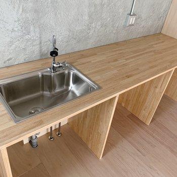 キッチンは木の風合いがかなりイカしてます◯シンクも広めで使いやすそう。