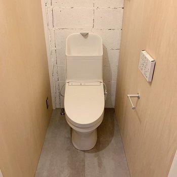 トイレもオシャレさん。壁付けのスイッチでウォッシュレットも◎