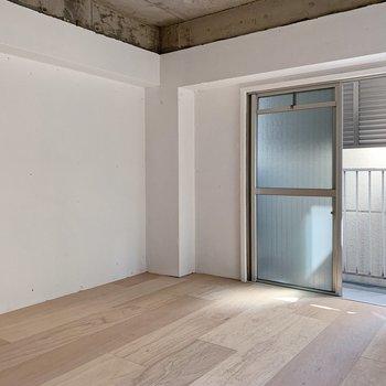 【洋室】こちらは寝室にしましょ。ダブルベッドorシングルベッド×2くらいのサイズ感。