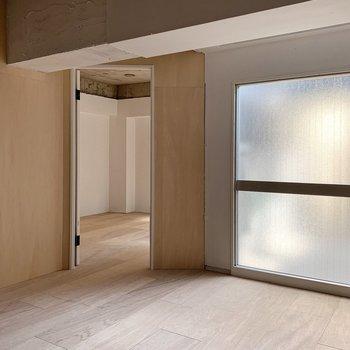 お次はバルコニー横の扉から、洋室へ。