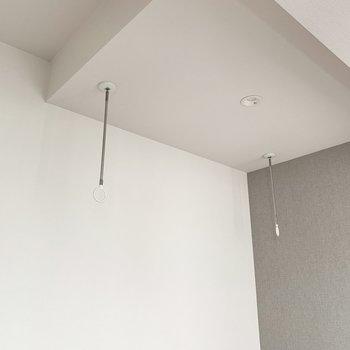 【洋室】物干し竿掛けがあるので室内干しができます。