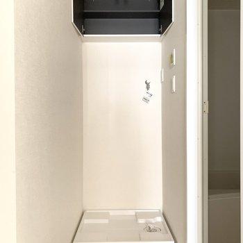 洗濯機置き場もこちらに。上部の収納には洗剤などを入れられますね。※写真は通電前のものです