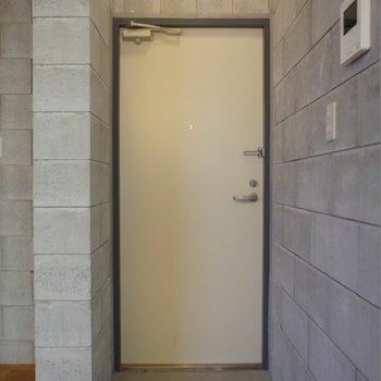 玄関はちょっと狭いかな。(※写真は3階の同間取り別部屋のものです)
