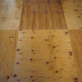 床は木をそのままで寝ころびたくなっちゃう。(※写真は3階の同間取り別部屋のものです)