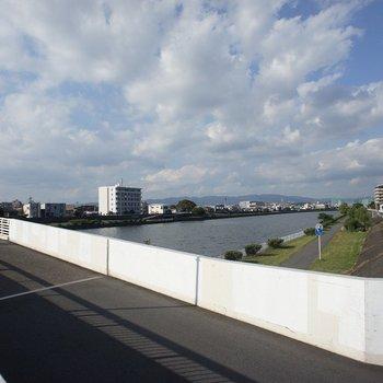 目の前は神崎川が流れてますよ。