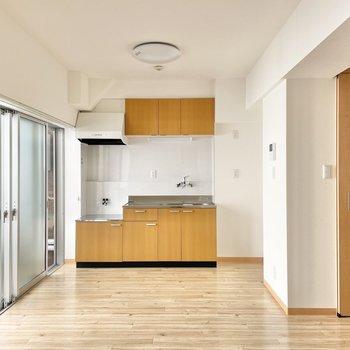 キッチンは奥まったところに。窓もそばにあるのでにおい対策もできますよ◯