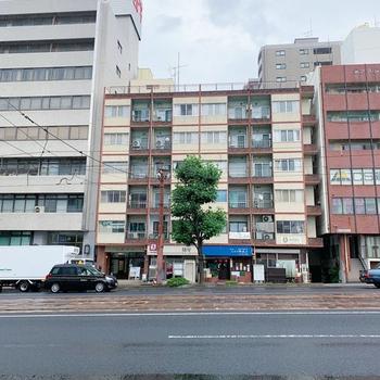 電車通りに面したマンション。1階には飲食店が入っています。