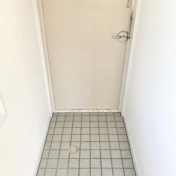 玄関には靴を6足は置いて置くことができそう。
