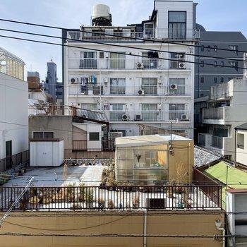 眺望は周りの住宅。視線対策は必須かな。