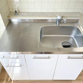 しっとりとした白のキッチンが可愛い…!