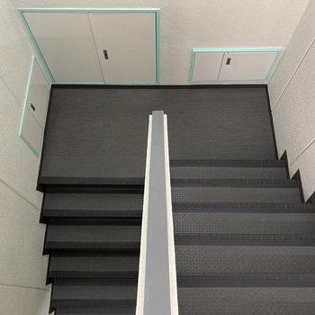 お部屋までは階段で。共用部のカラーが◯