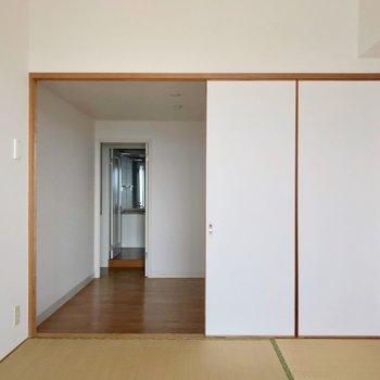 ここから主寝室を見た景色。ドアの外に脱衣所が見えますね。