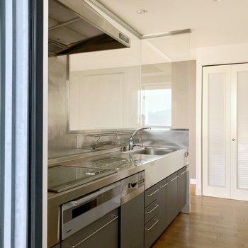 キッチン側の勝手口からリビングに入ることもできます。