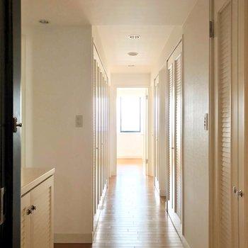 玄関扉を開けるとこの景色。洋室の手前で右に曲がります。