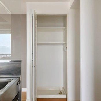 キッチンのお隣に洗濯機置場。折戸で隠せます。