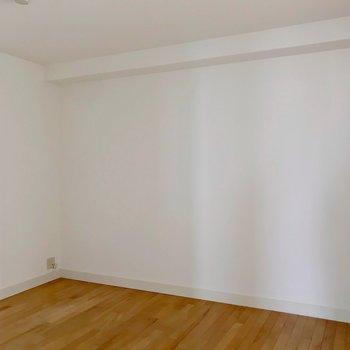 主寝室となるのは玄関入ってすぐのところにある6.9帖ほどの洋室。