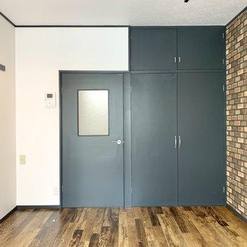 扉の一部は透けているので、圧迫感が軽減されていますよ。